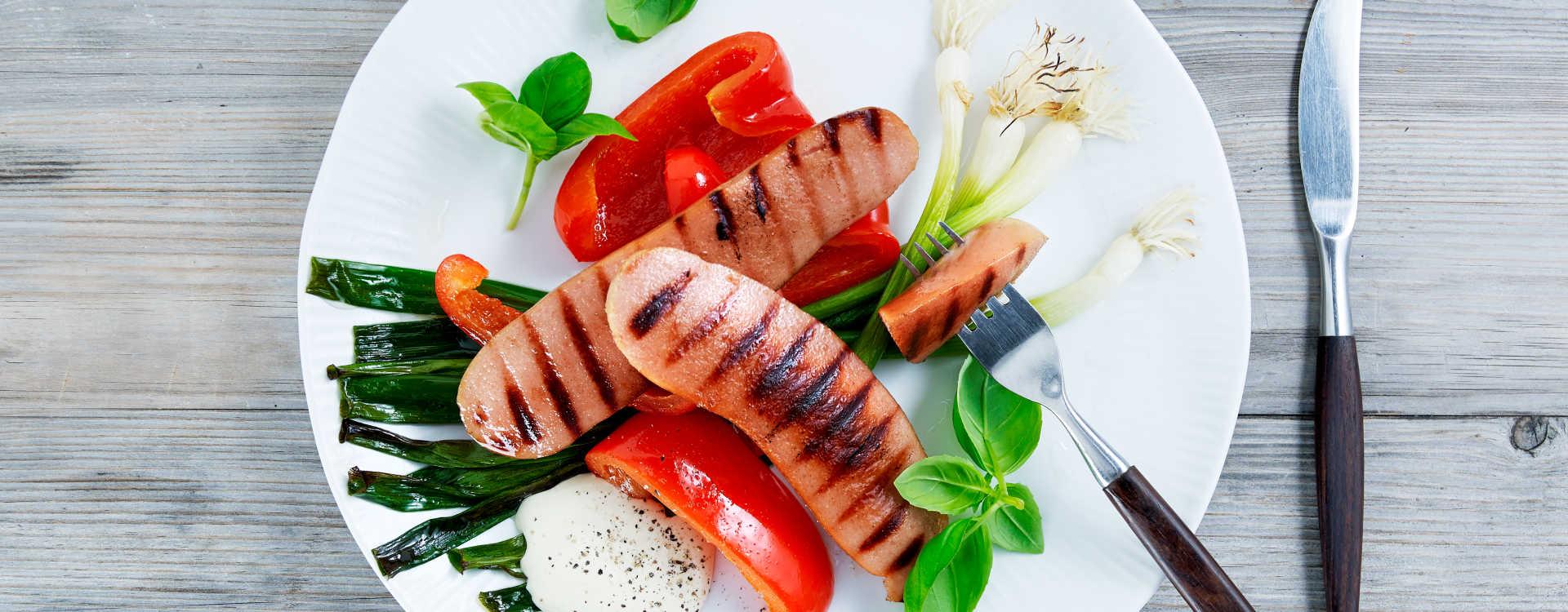 Røkte kjøttpølser med grillet paprika, vårløk og sennepsrømme