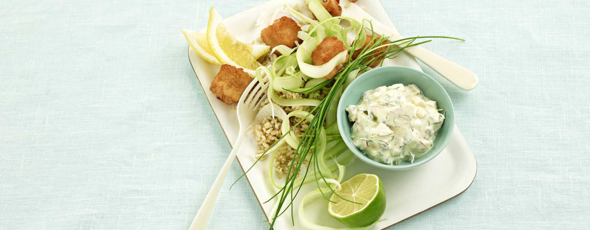Pankopanerte torskenuggets med remulade, salat og ris