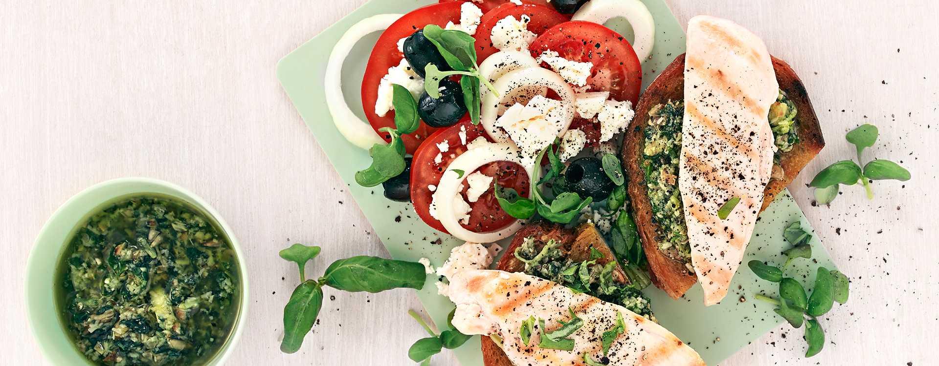 Blings med urtepesto og kyllingsalat