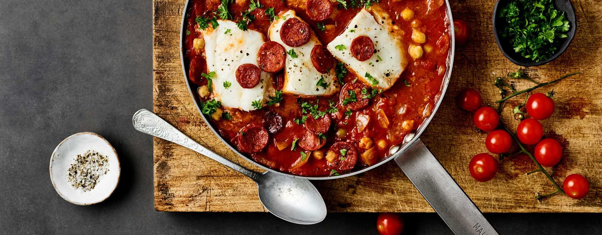 Chorizo- og torskegryte med tomater og kikerter
