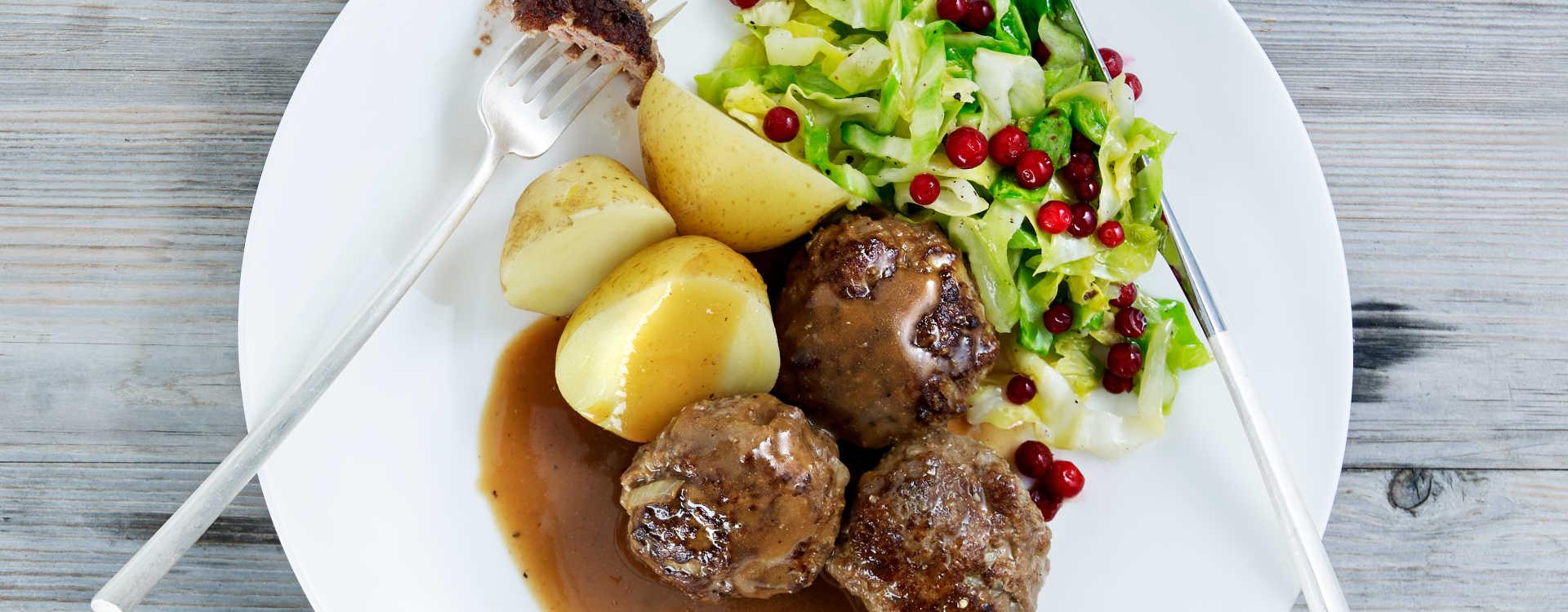Kjøttkaker med poteter og kål med tyttebær
