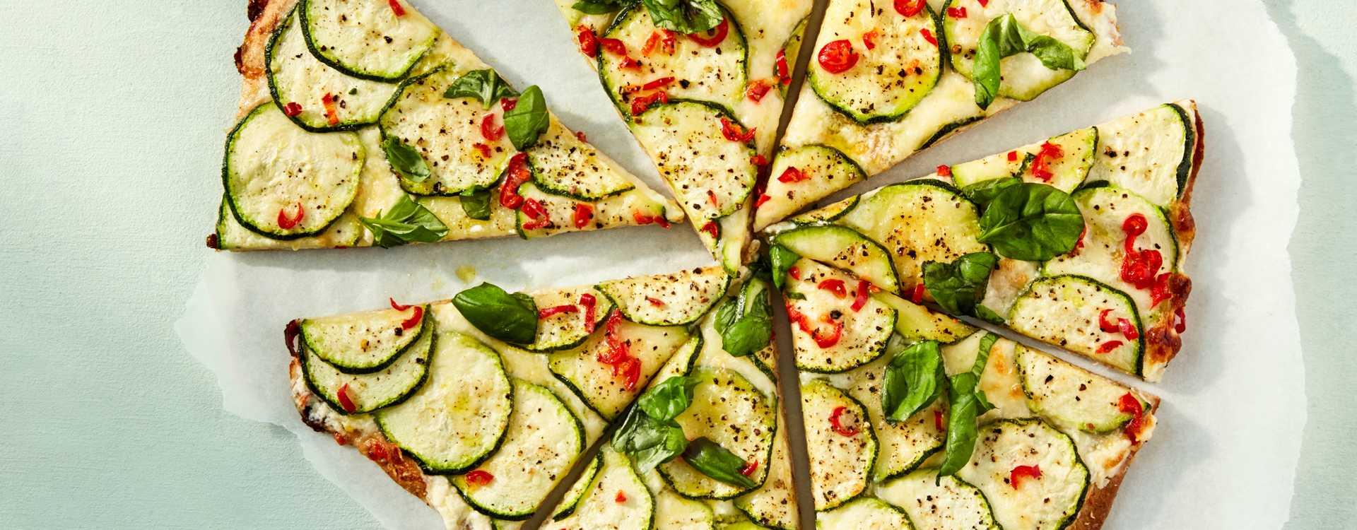 Hvit pizza med squash og chili