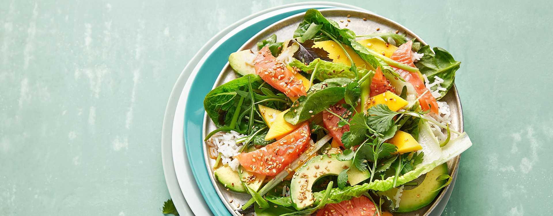 """Sashimisalat """"poke style"""" med mango og koriander"""