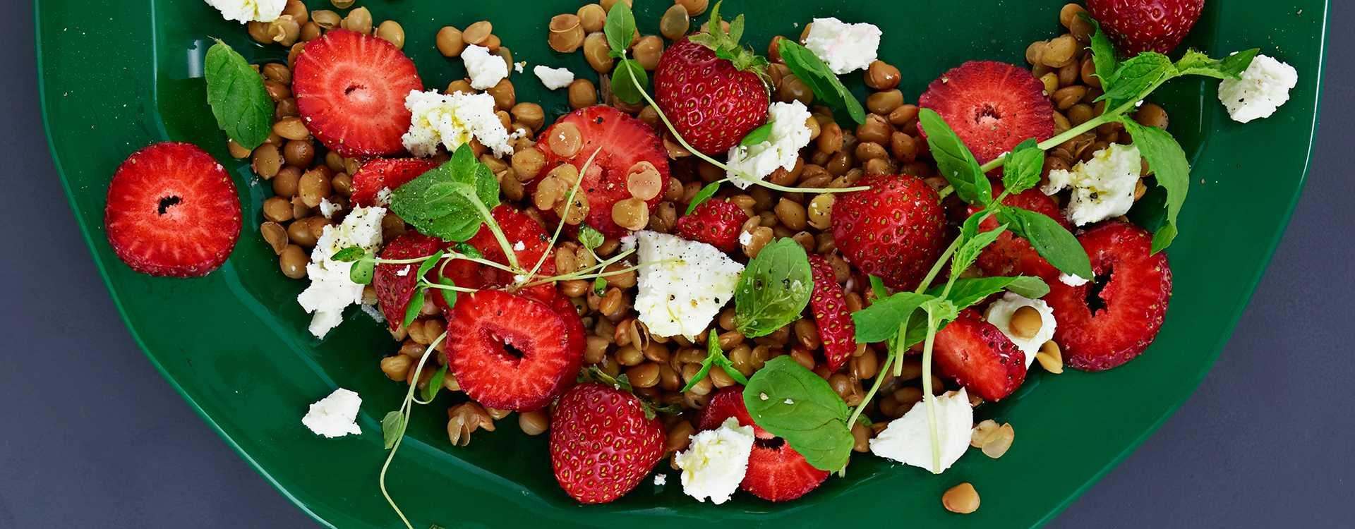 Linsesalat med jordbær, chevre og mynte
