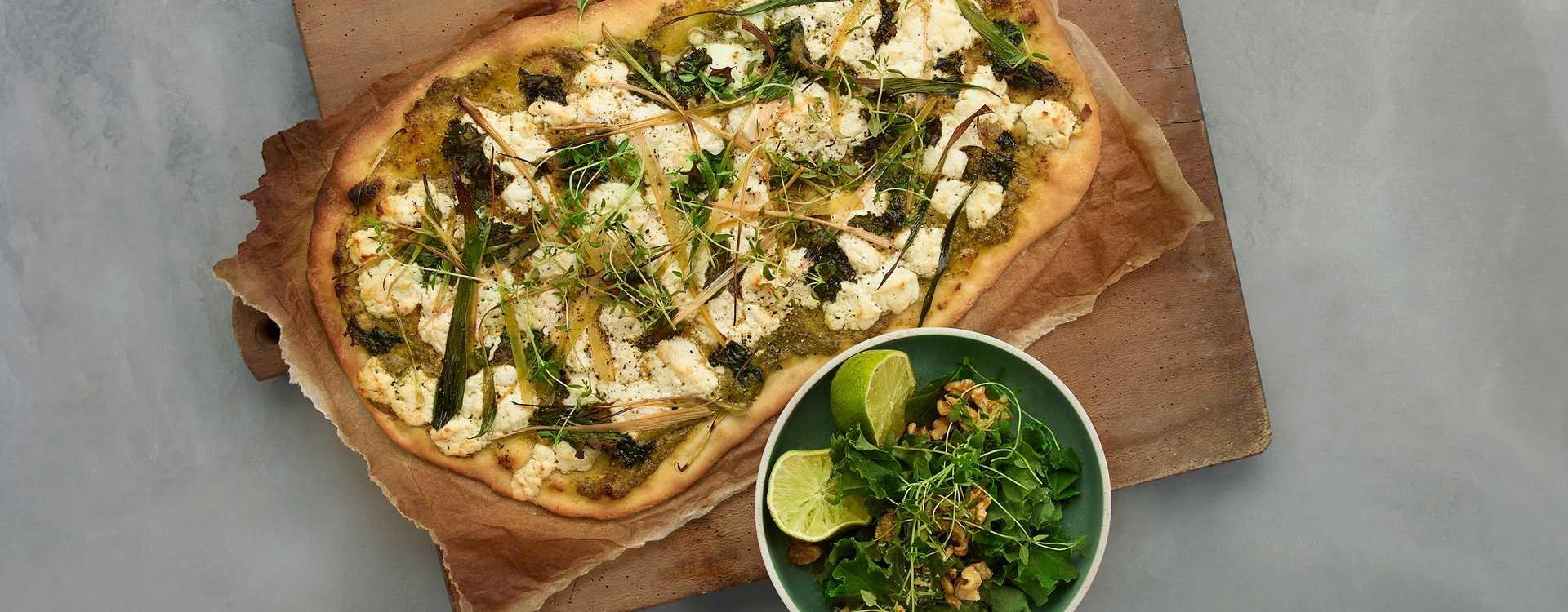 Grønn pizza med chevré, grønnkål, purre og pesto