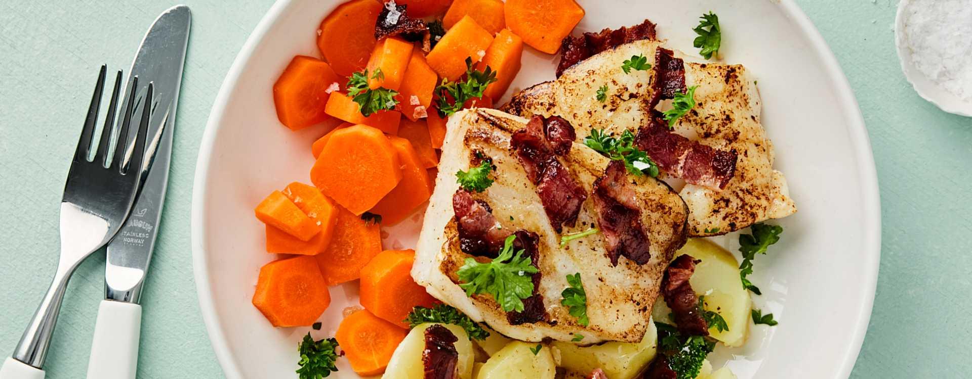 Torskefilet med gulrøtter, poteter og sprøstekt bacon