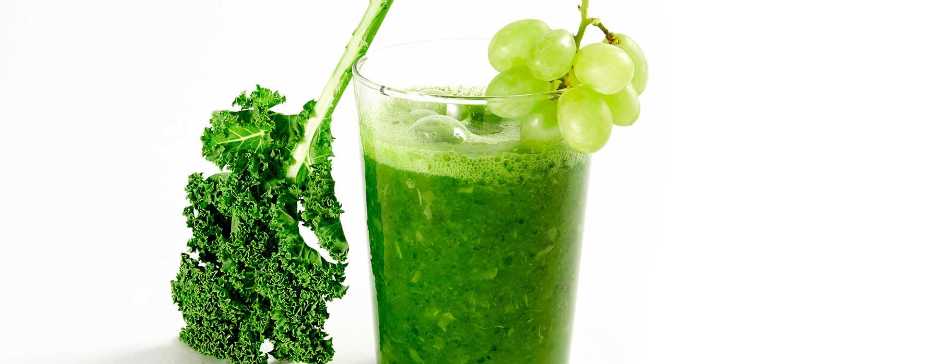 Drikke med grønnkål, eple, grønne druer og lime