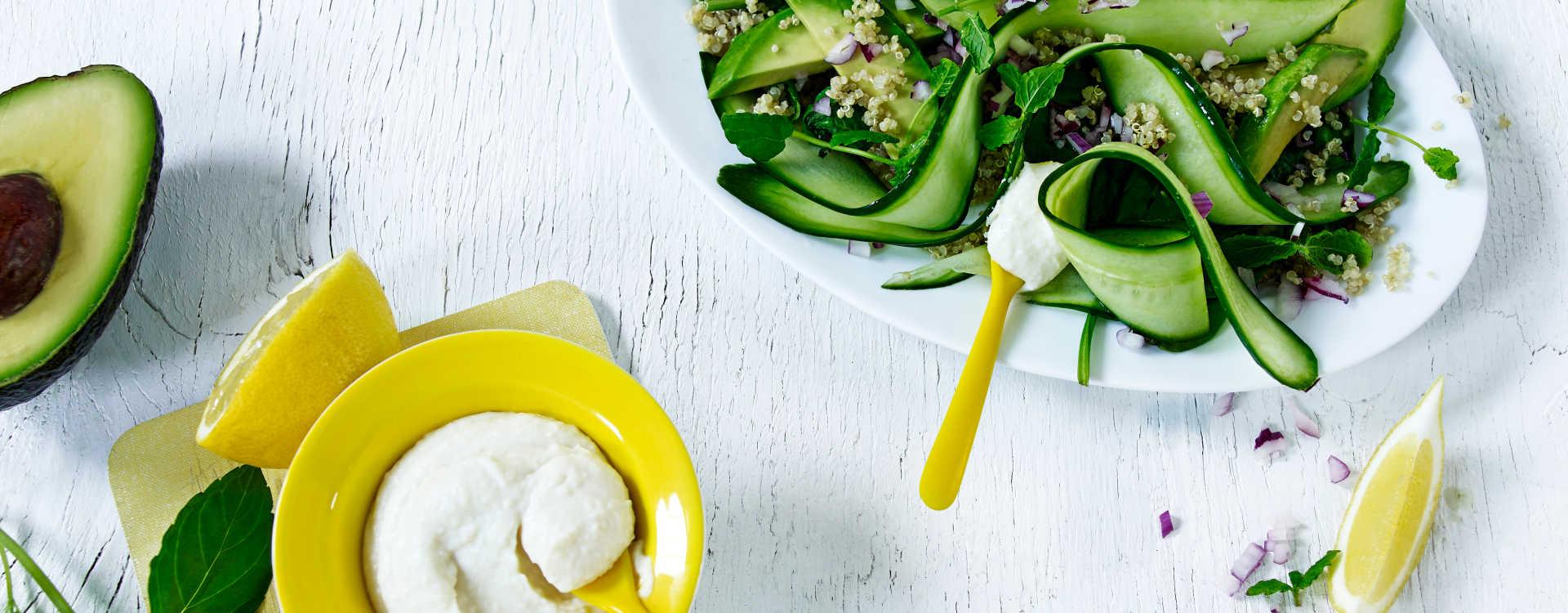 Quinoasalat med salt agurk & Chévrekrem