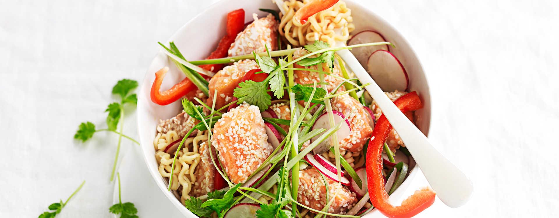 Asiatisk nudelsalat med laks og grønnsaker