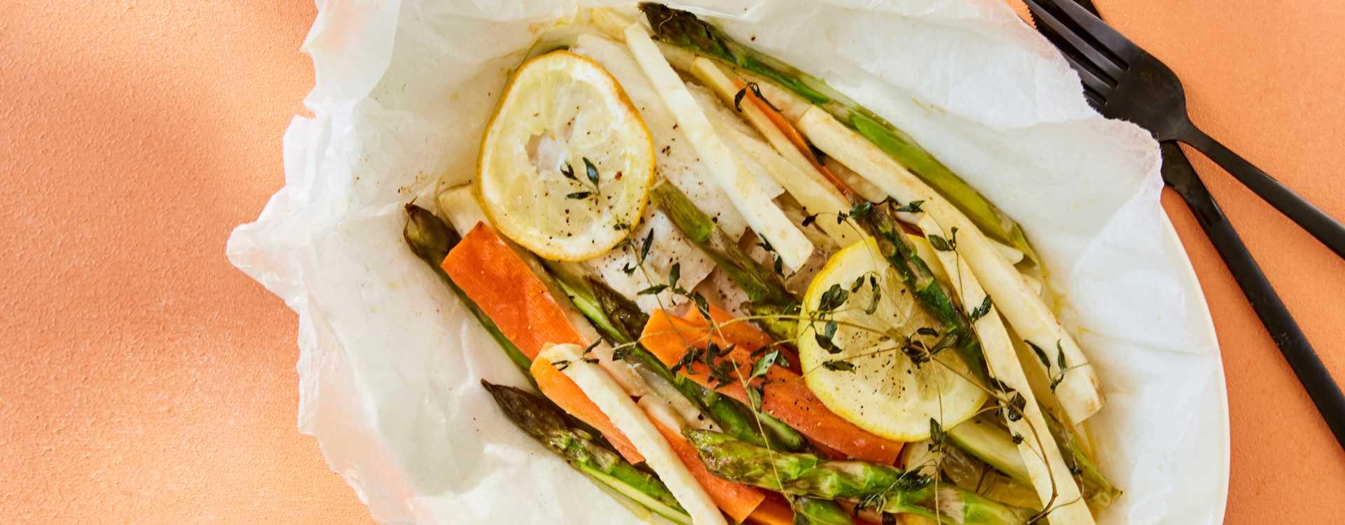 Ovnsbakt torsk med rotgrønnsaker og asparges