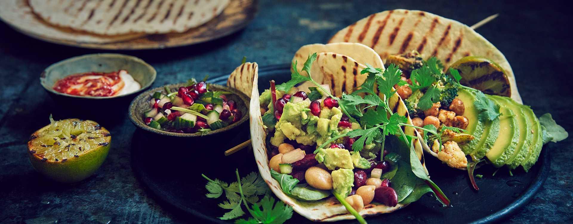 Tortilla med chilibønner, granateple og avokadokrem