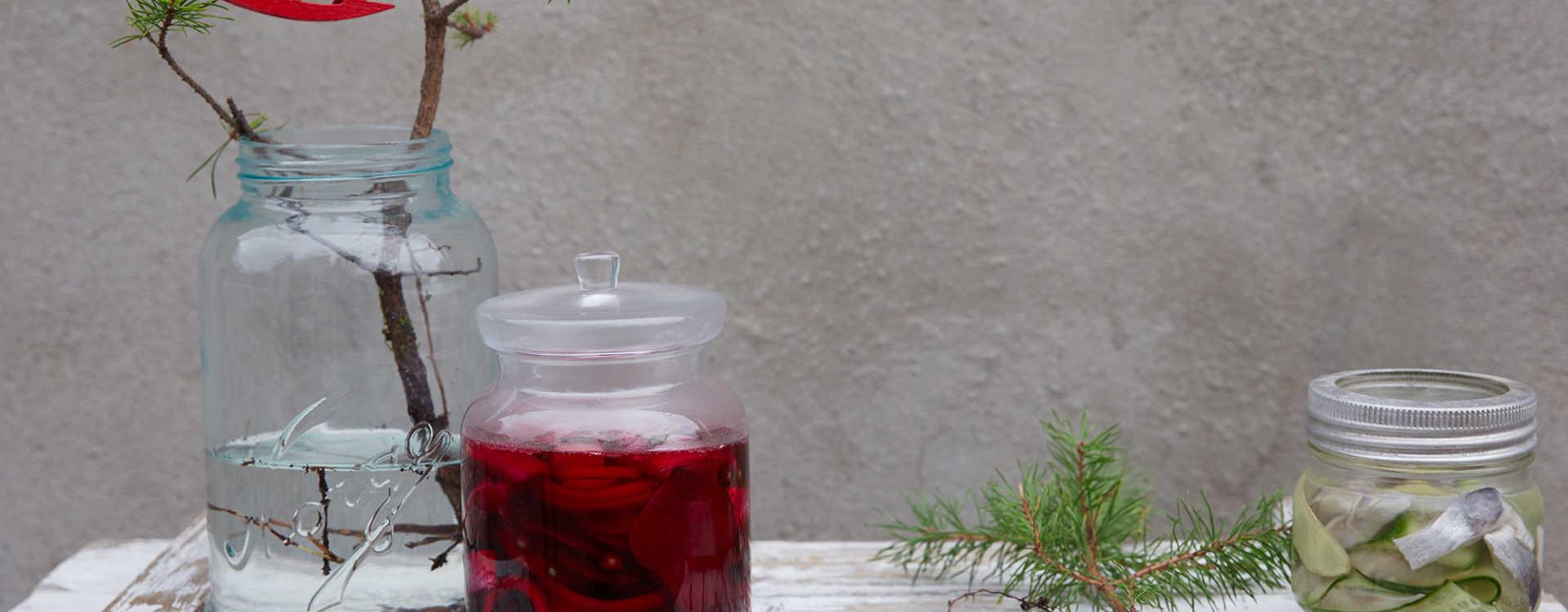 Spekesild med rødbeter, kapers og rødløk