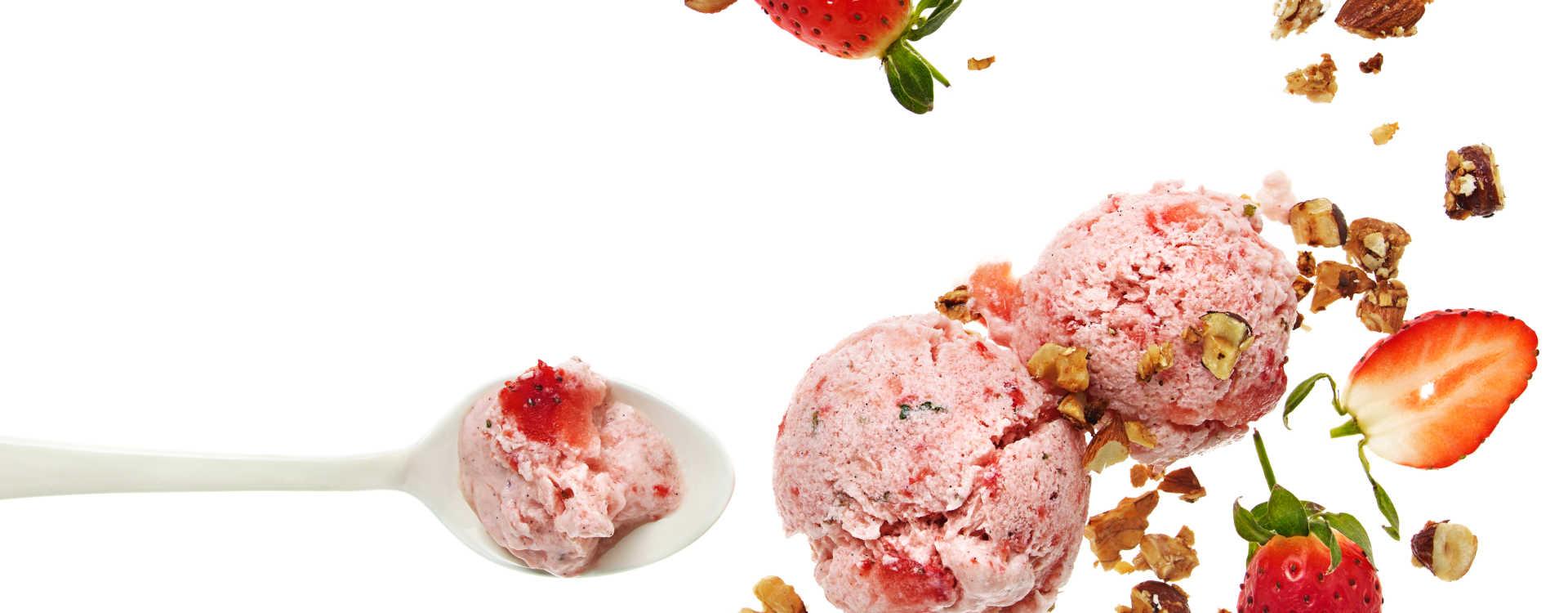 Jordbær-yoghurtis med havre- og nøttecrumble