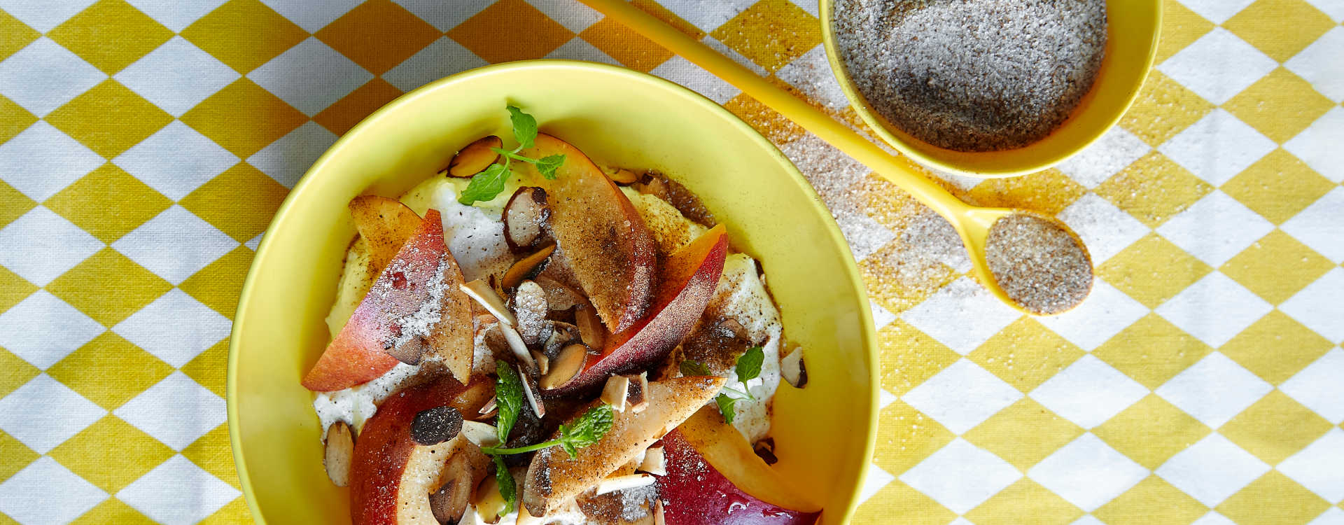 Yoghurt med moreller, nektariner, mandler og kryddersukker