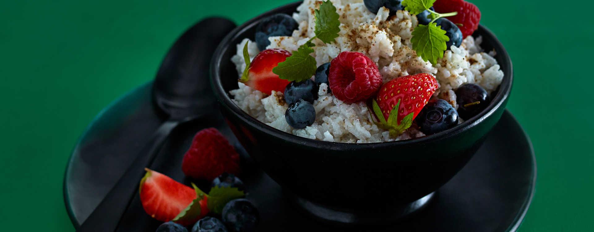 Ris med kokosmelk og kardemomme, blåbær og bringebær