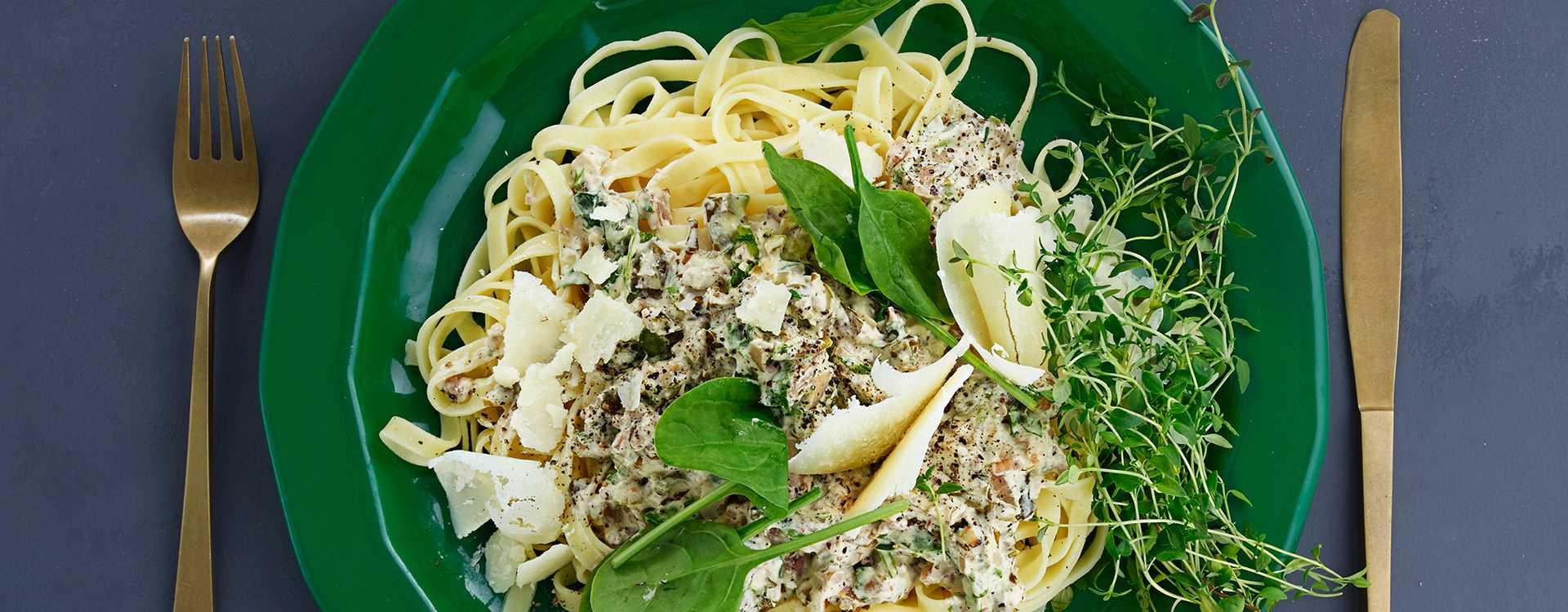 Tagliatelle med valnøttsaus, spinat og timian