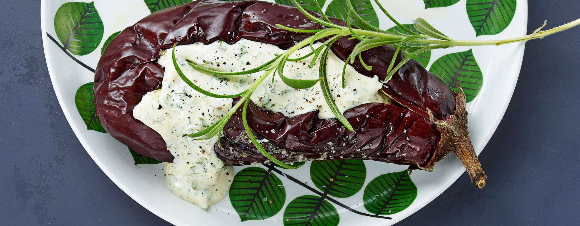 Bakt aubergine med ostekrem og rosmarin