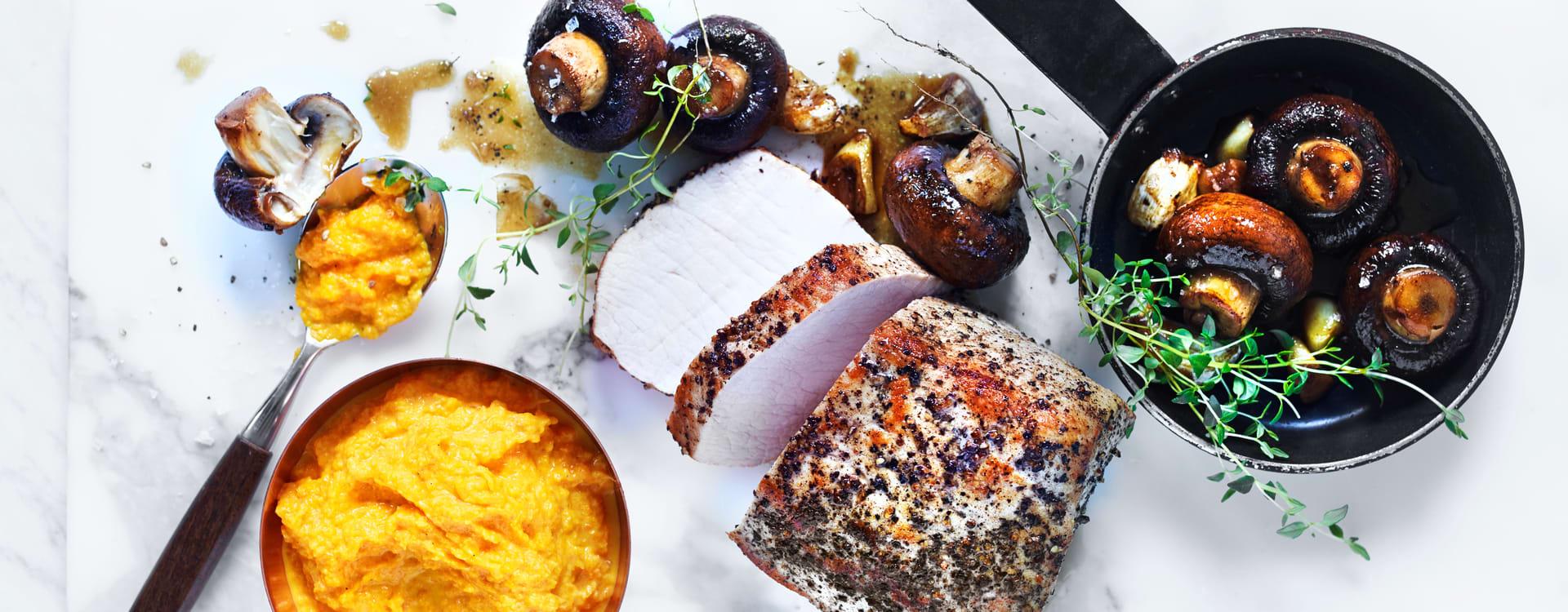 Pepperstekt svinefilet med hvitløkssjampinjong og appelsinkokt gulrotkrem