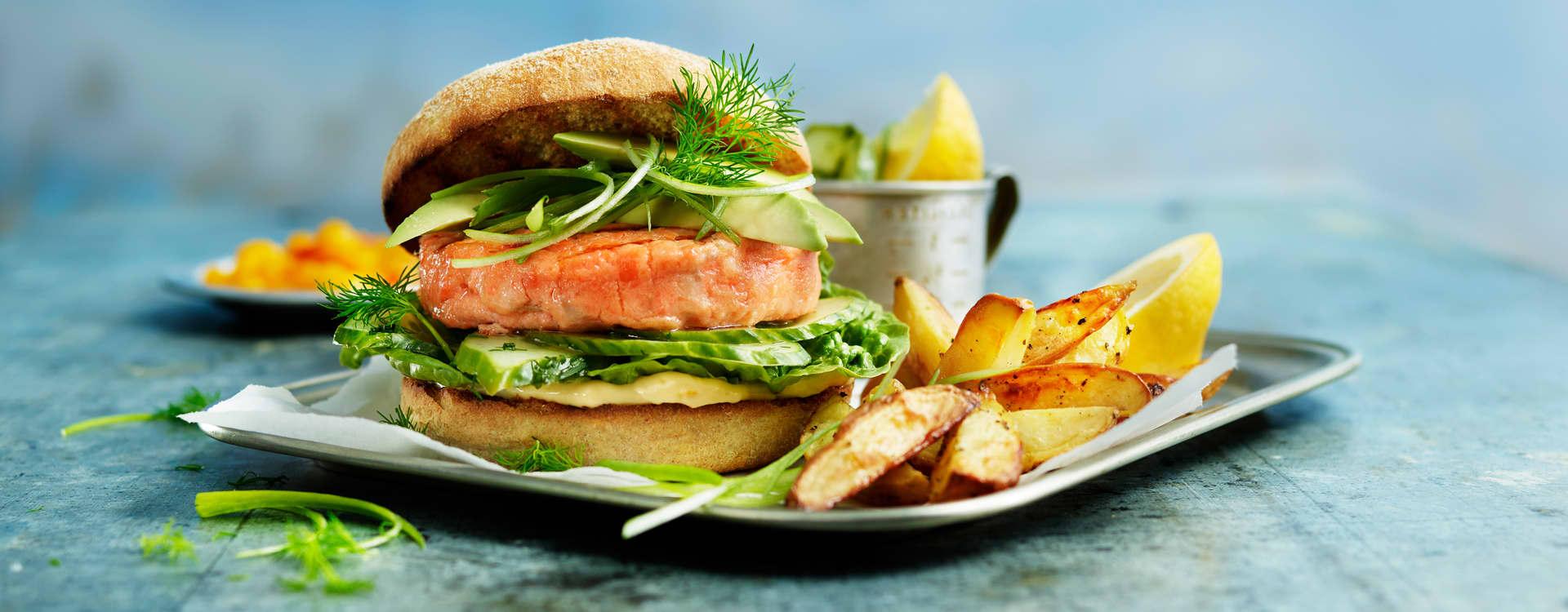 Ørret- og torskeburger med agurksalat og sitronmajones
