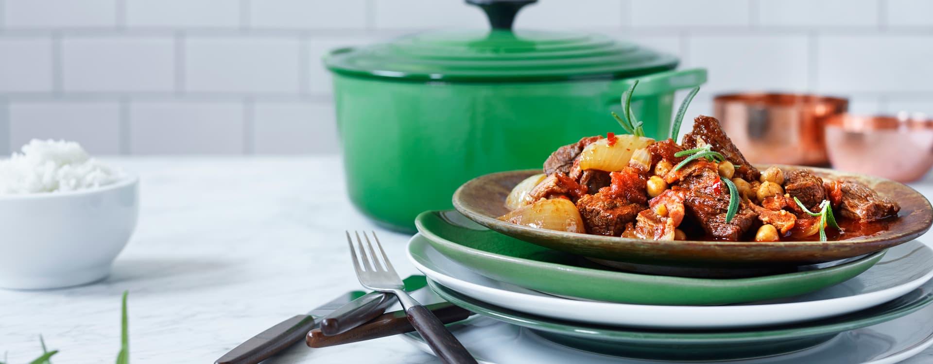 Krydret storfegryte med kikerter, chili og spisskummenyoghurt