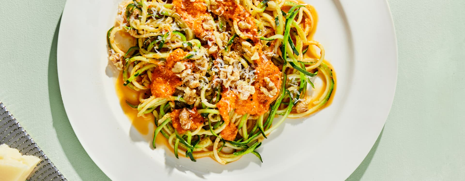 Squashspaghetti med ovnsbakt paprikasaus