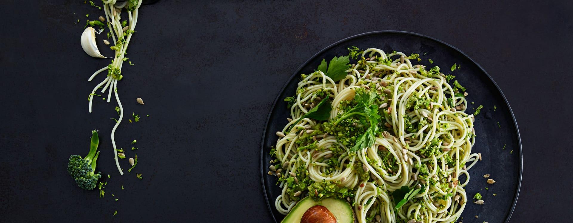 """Spagetti """"kremet"""" med avokado og revet brokkoli"""