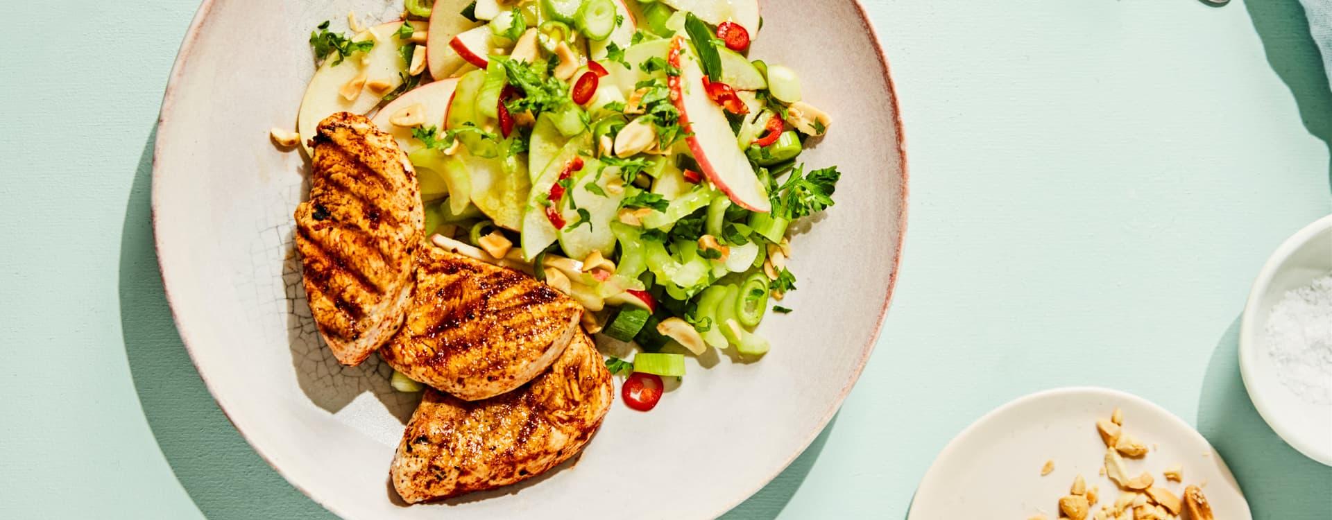 Skivet kyllingfilet med selleri- og eplesalat med peanøtter