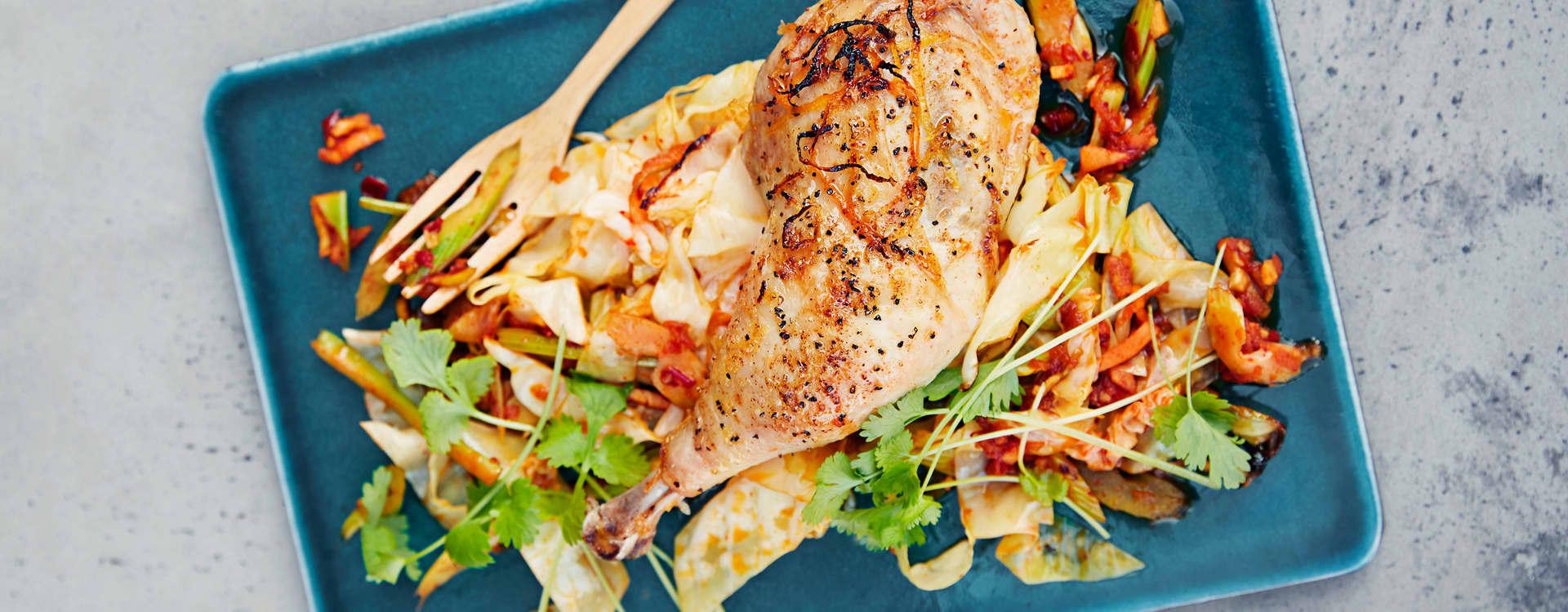 Ovnstekte kyllinglår med kimchikryddret kål