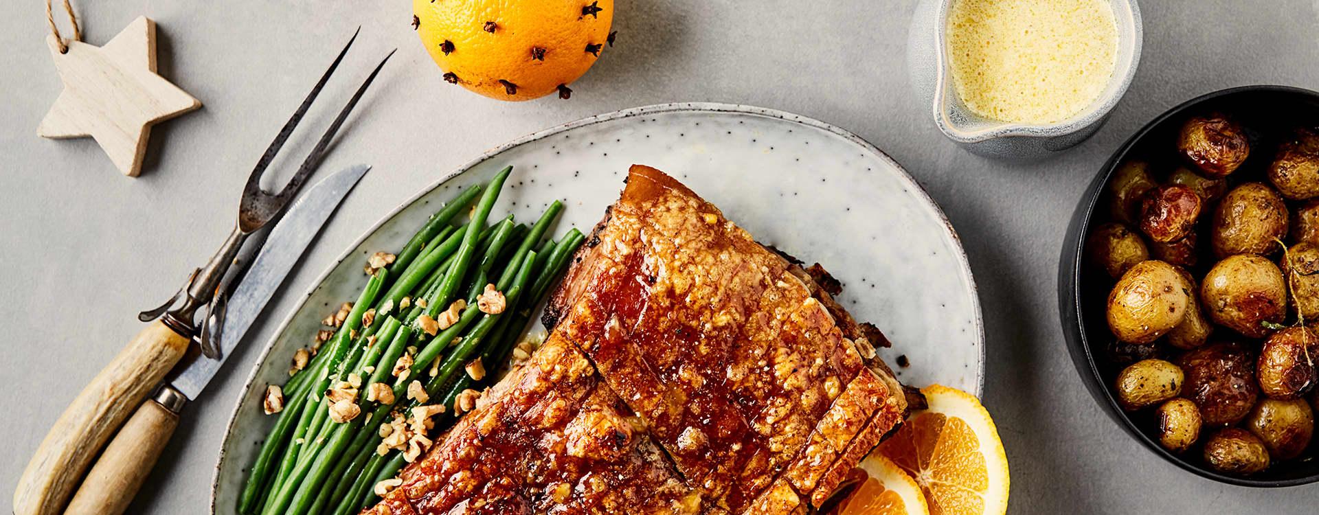 Appelsinglasert ribbe med appelsinsaus, ovnsbakte poteter og aspargesbønnesalat