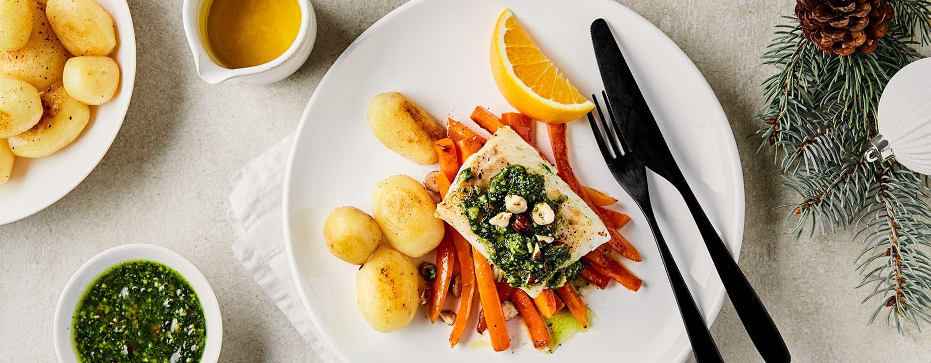 Pannestekt torsk med appelsinglaserte gulrøtter, pesto og rødkålsalat