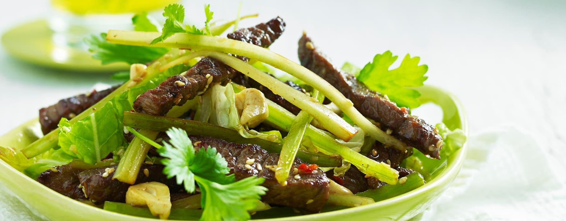 Steaksalat av flatbiff med kinakål og chili