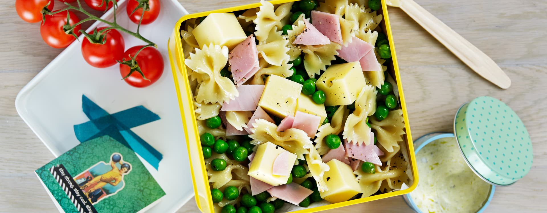 Pastasalat med pastasløyfer, erter og skinke.