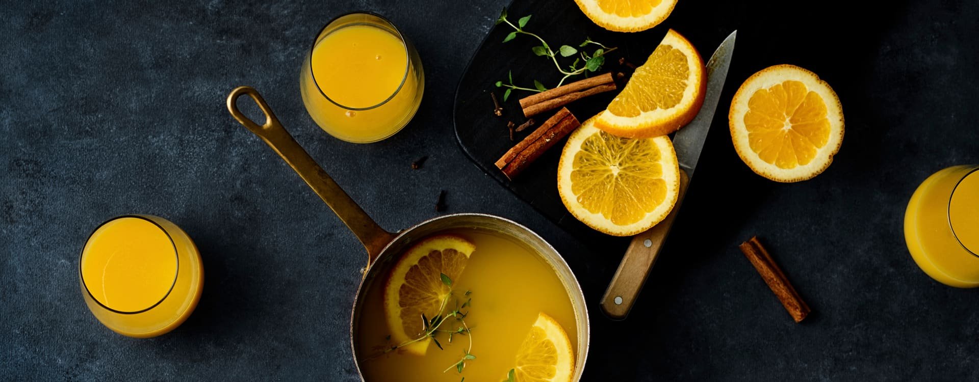 Varm appelsindrikk med kanel, nellik og timian