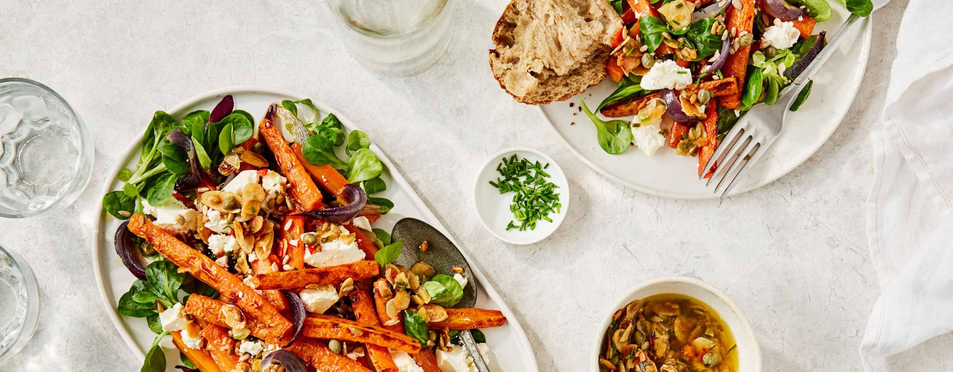 Salat med ovnsbakte gulrøtter, feta og mandler