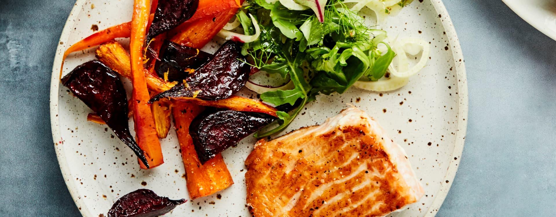 Stekt laks med pesto, karamelliserte gulrøtter og rødbeter