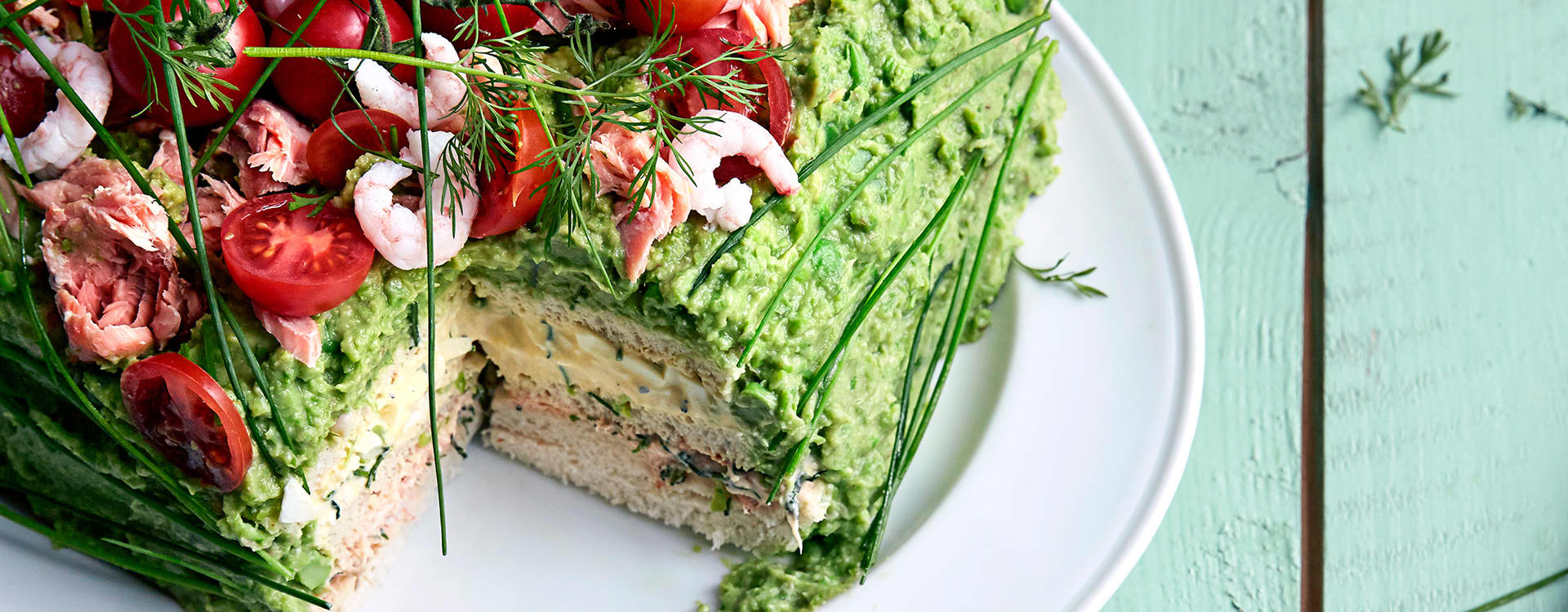 Grønn smørbrødkake med erter, avokado og røkt laks