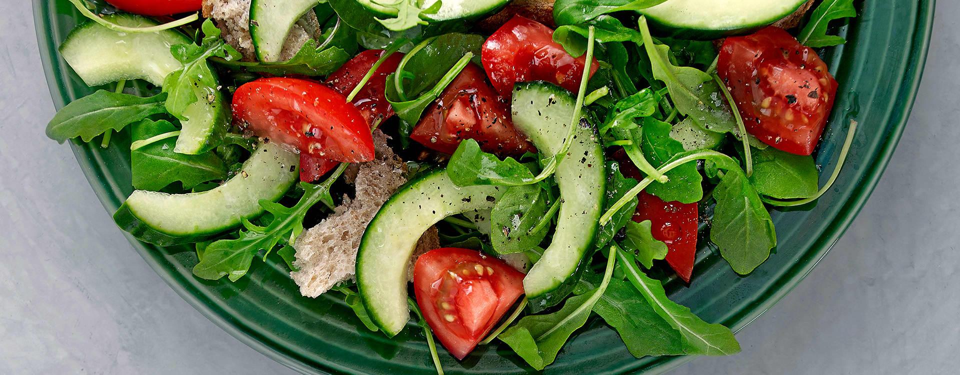 Agurk- og tomatsalat