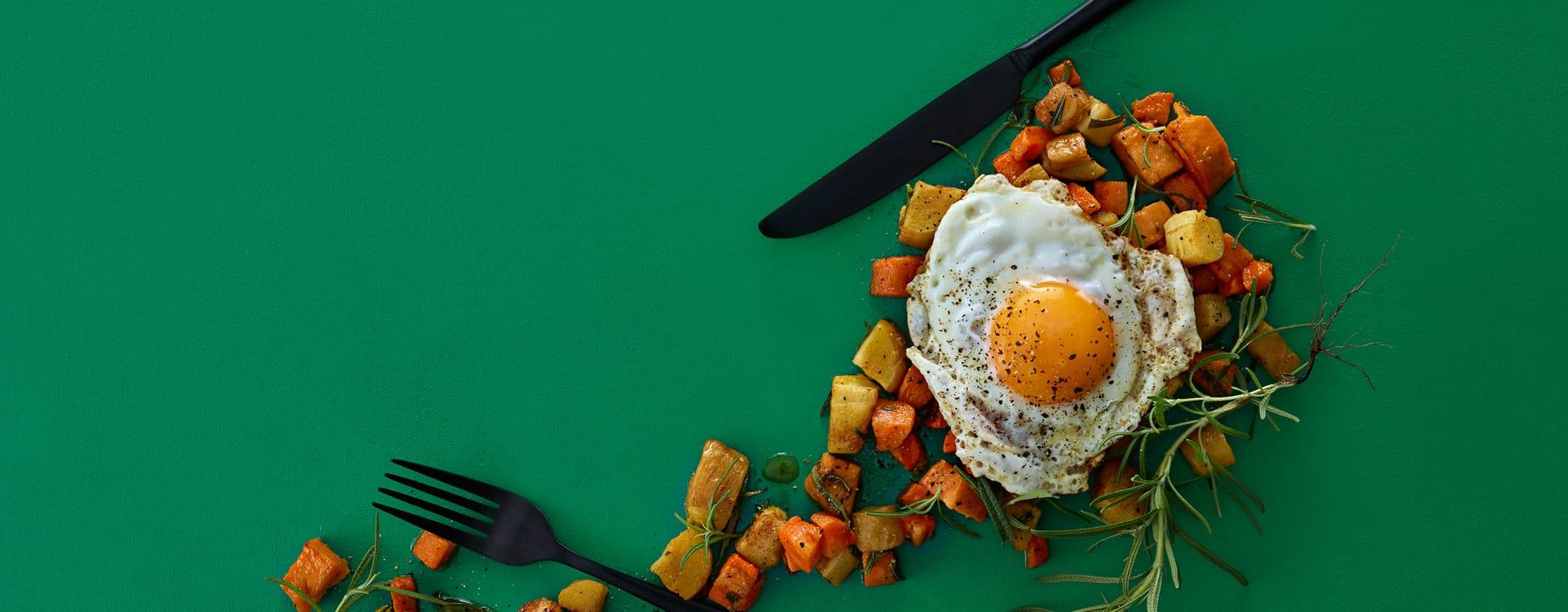 Rotgrønnsaker i panne med stekt egg