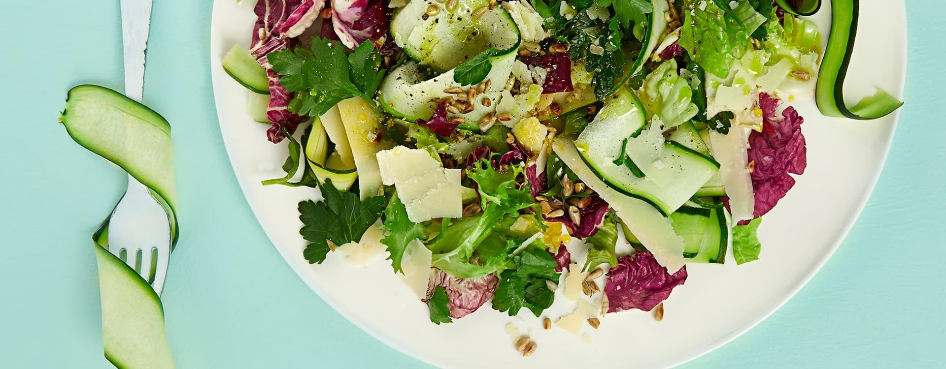 Grønn salat med persille og squash