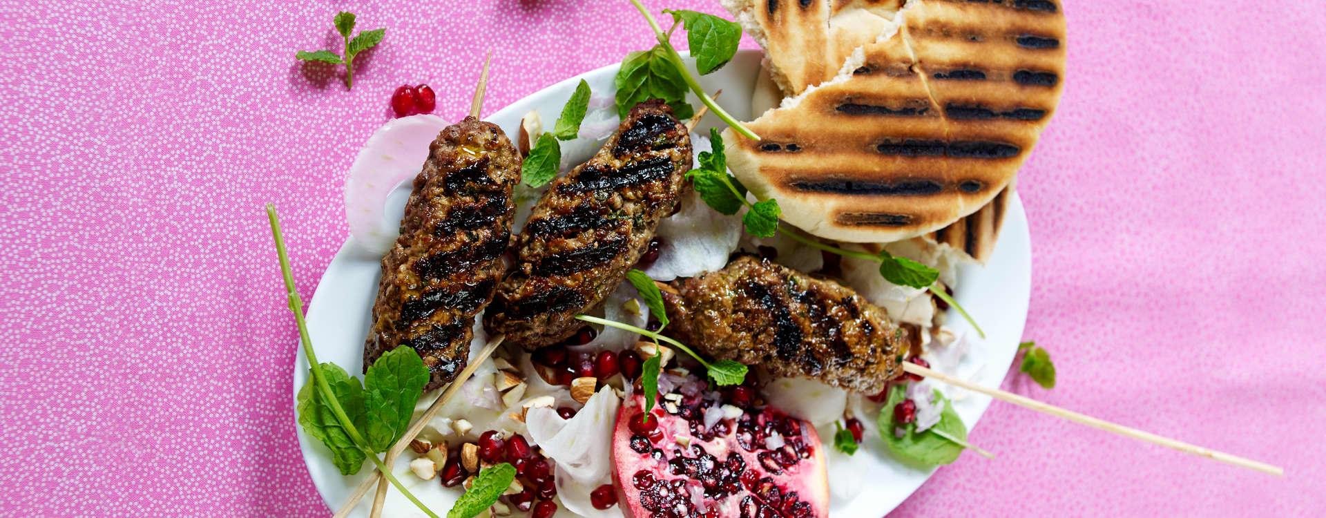 Storfekebab med grillet pitabrød og granateplesalat