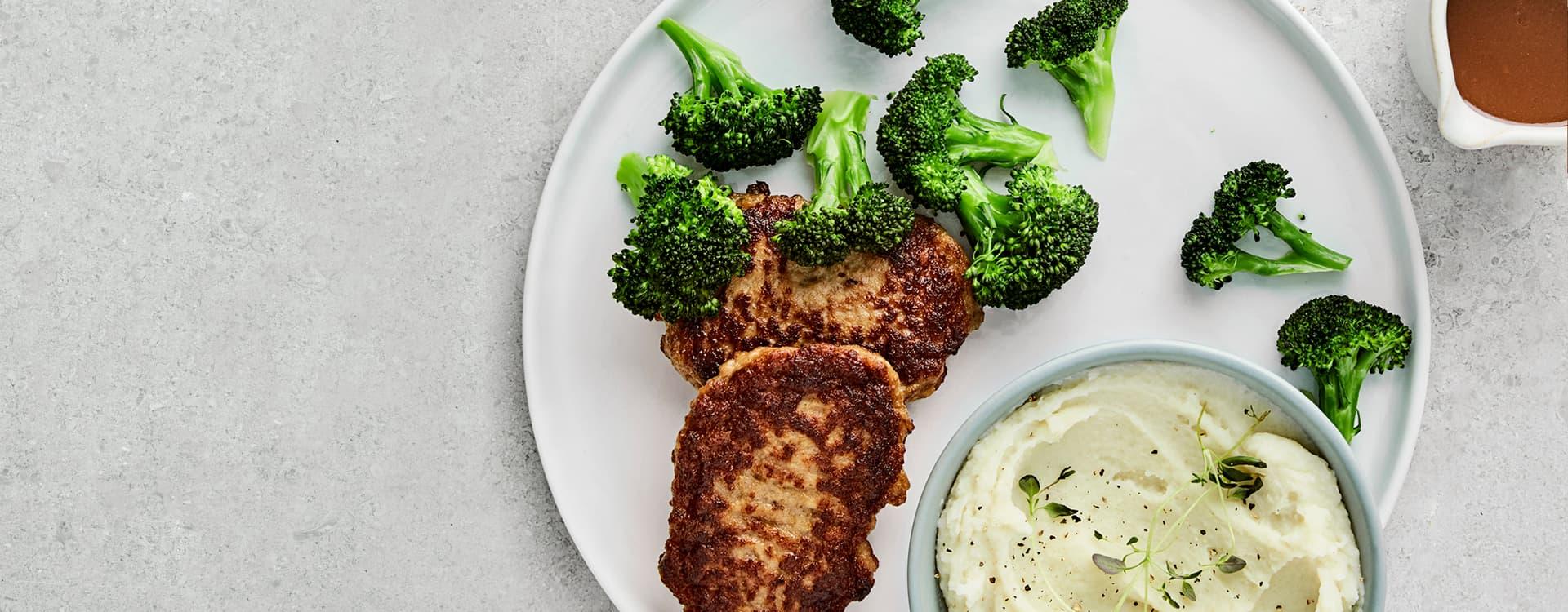 Karbonader med brokkoli, brun saus og potetmos