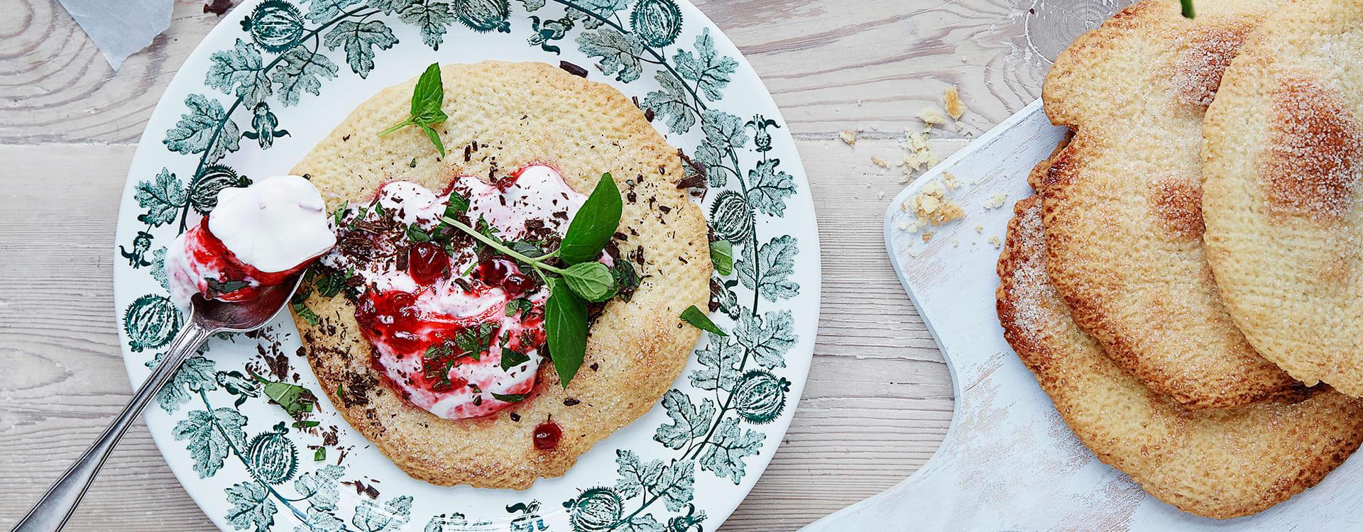 Ovnsbakte pariserkjeks med tyttebær- og myntekrem
