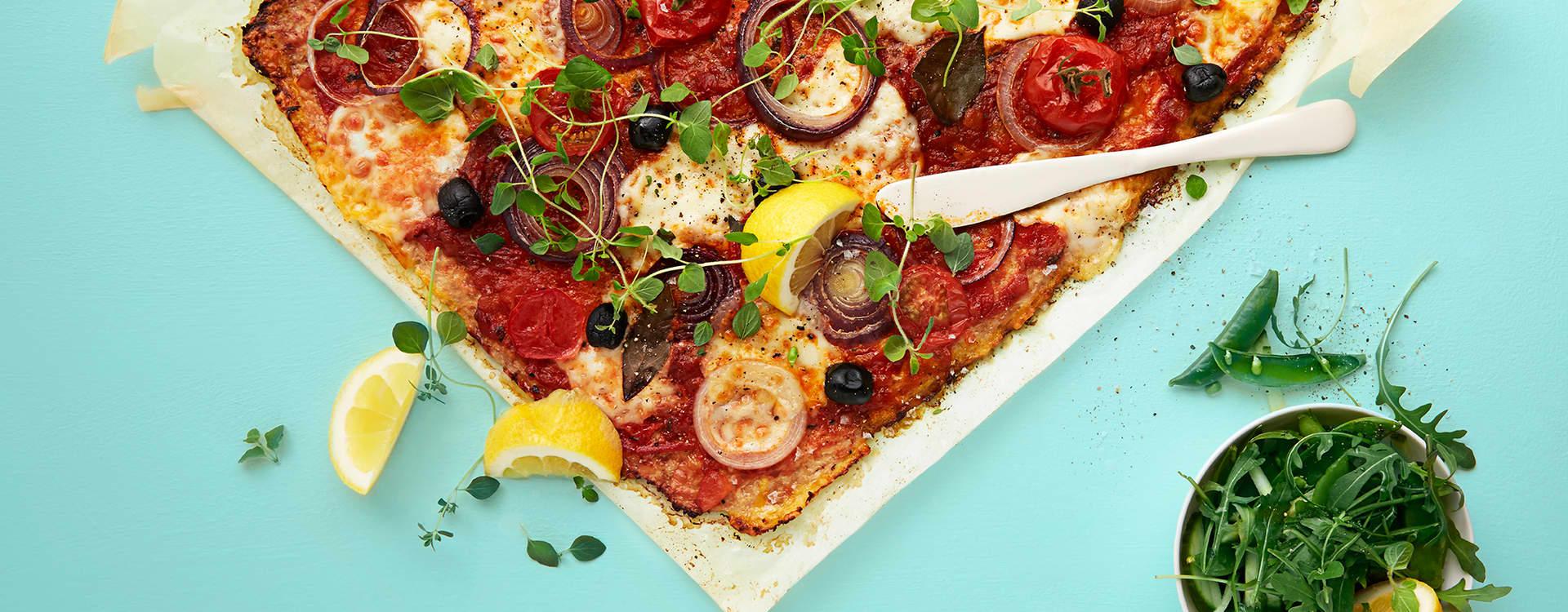Pizza med blomkålbunn og urtetomatsaus
