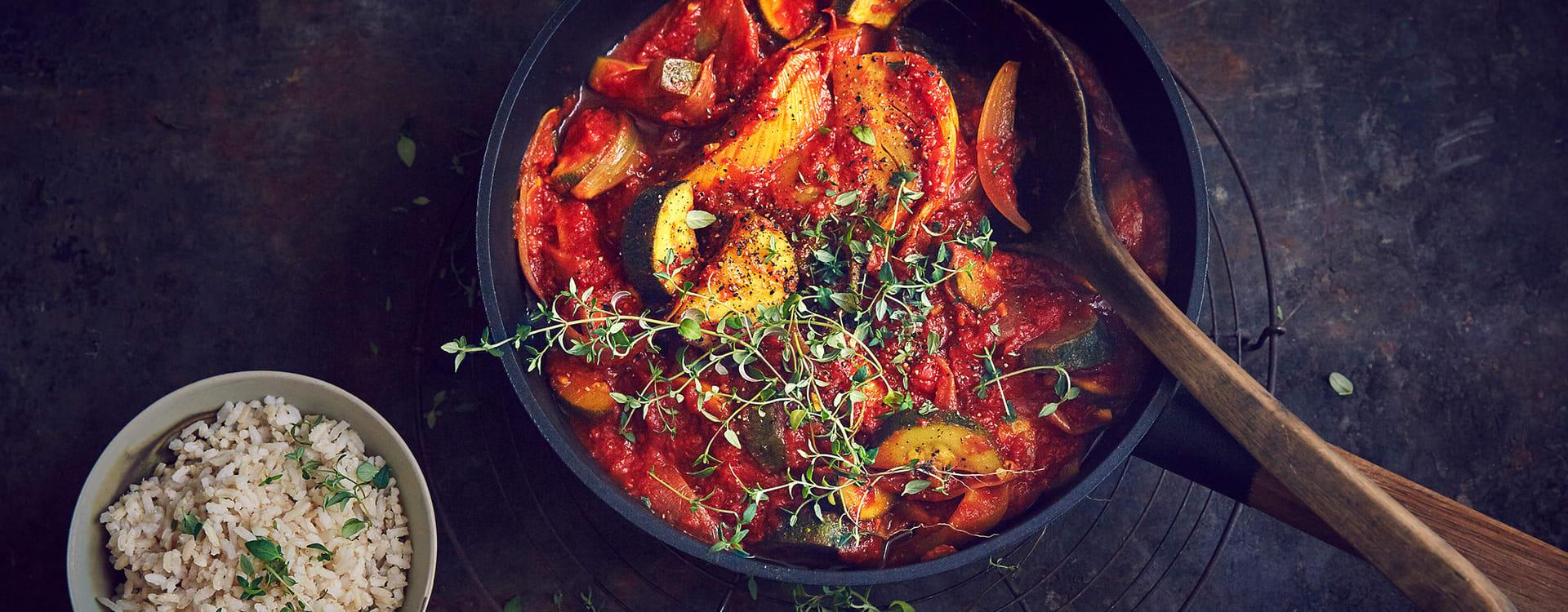Tomatisert fennikel- og løkgryte med ris