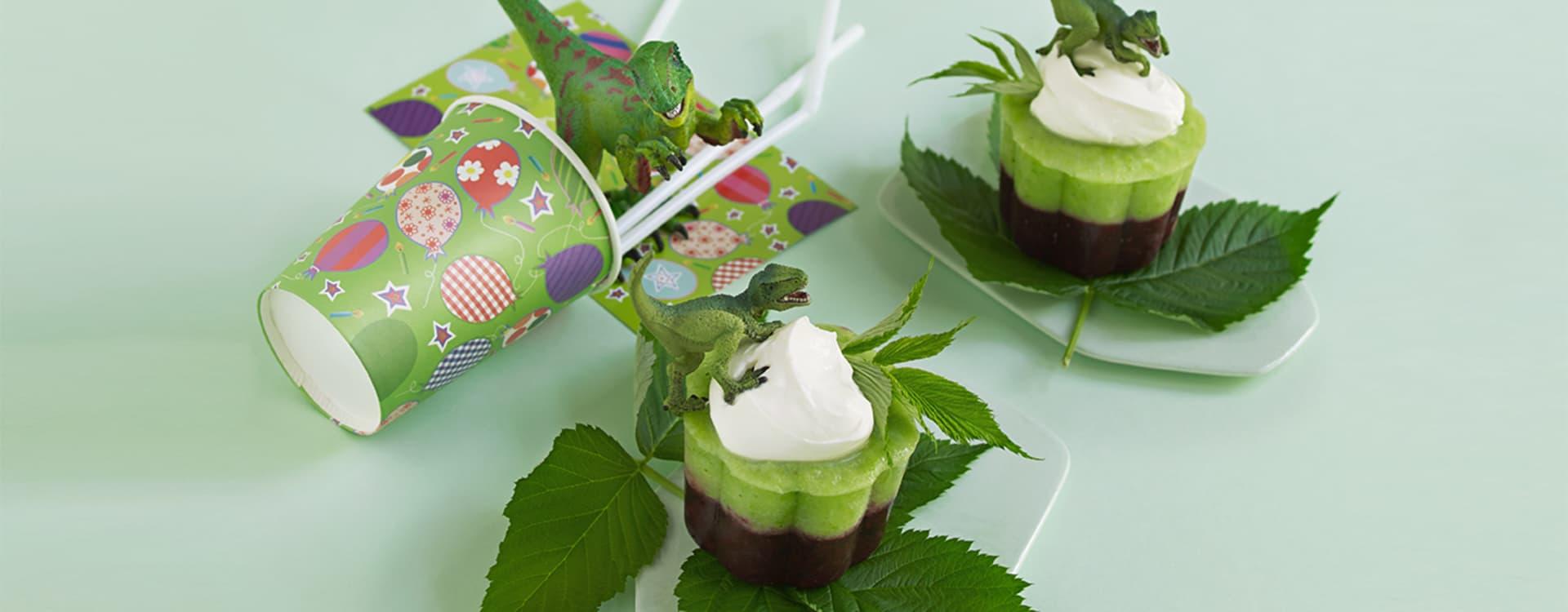 Lagkake med fryste bær, og pisket yoghurtkrem