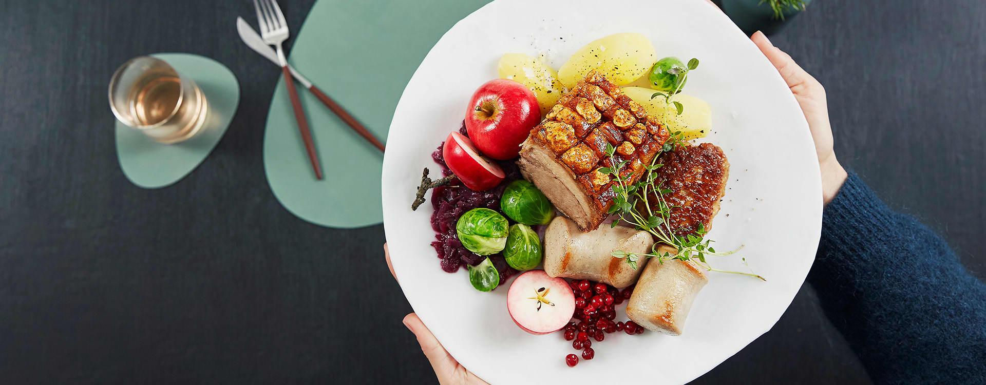 Klassisk ribbe med poteter og brun saus, rosenkål, epler og tyttebær