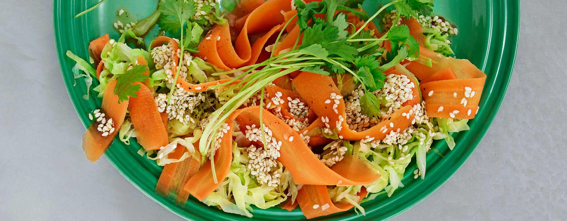 Syrlig gulrot- og kålsalat med sesamfrøvinaigrette