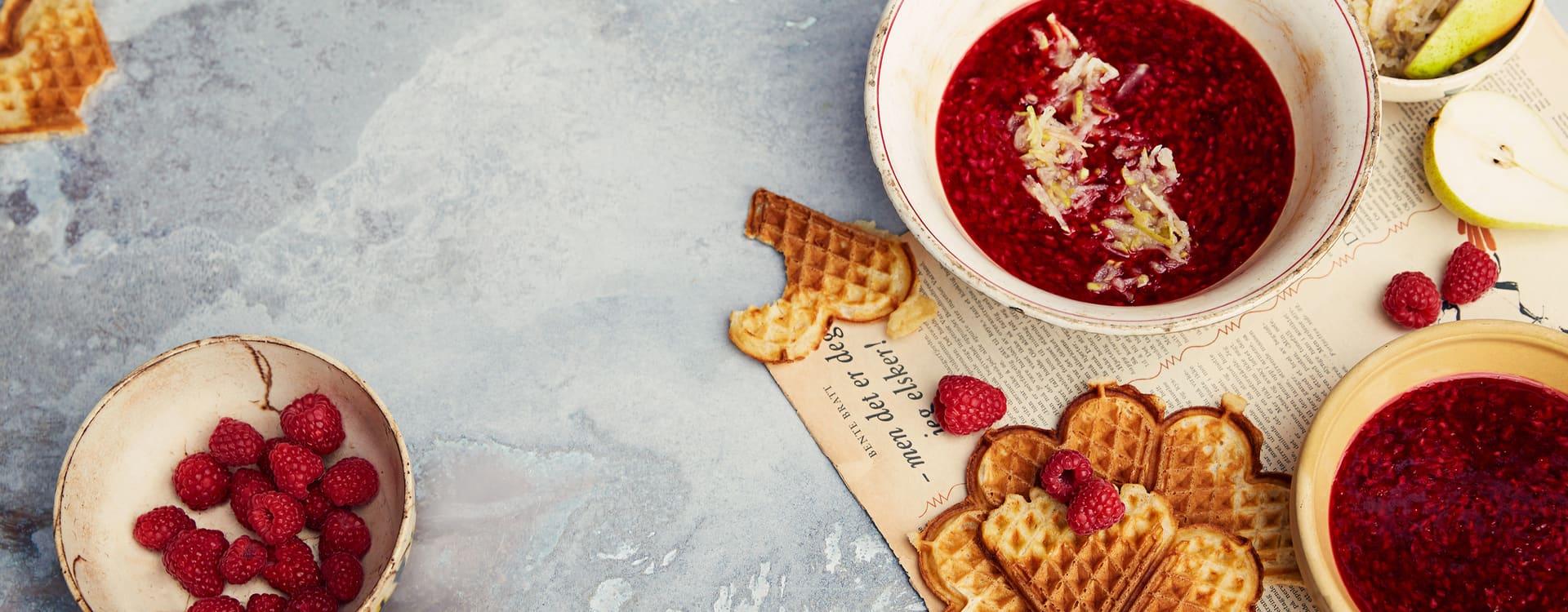 Varm bringebærsuppe med pæresalat og vafler