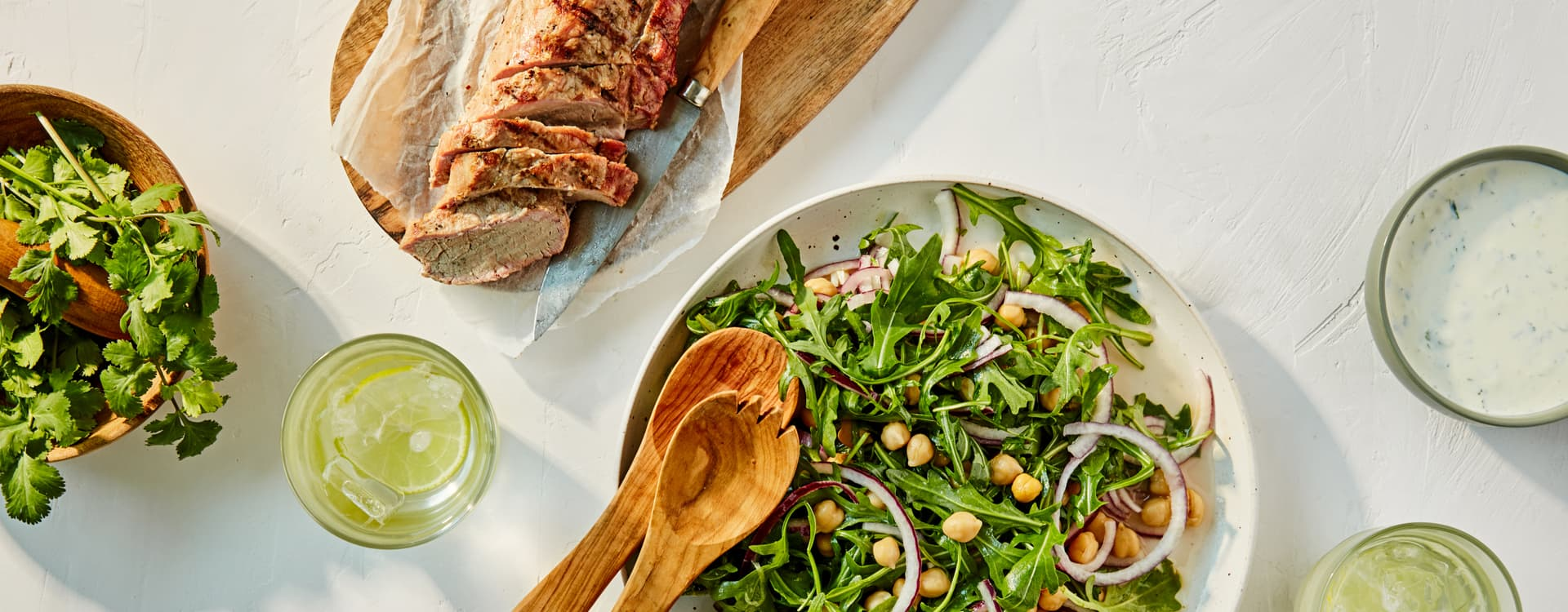 Grillet svinefilet med kikertsalat og korianderdressing