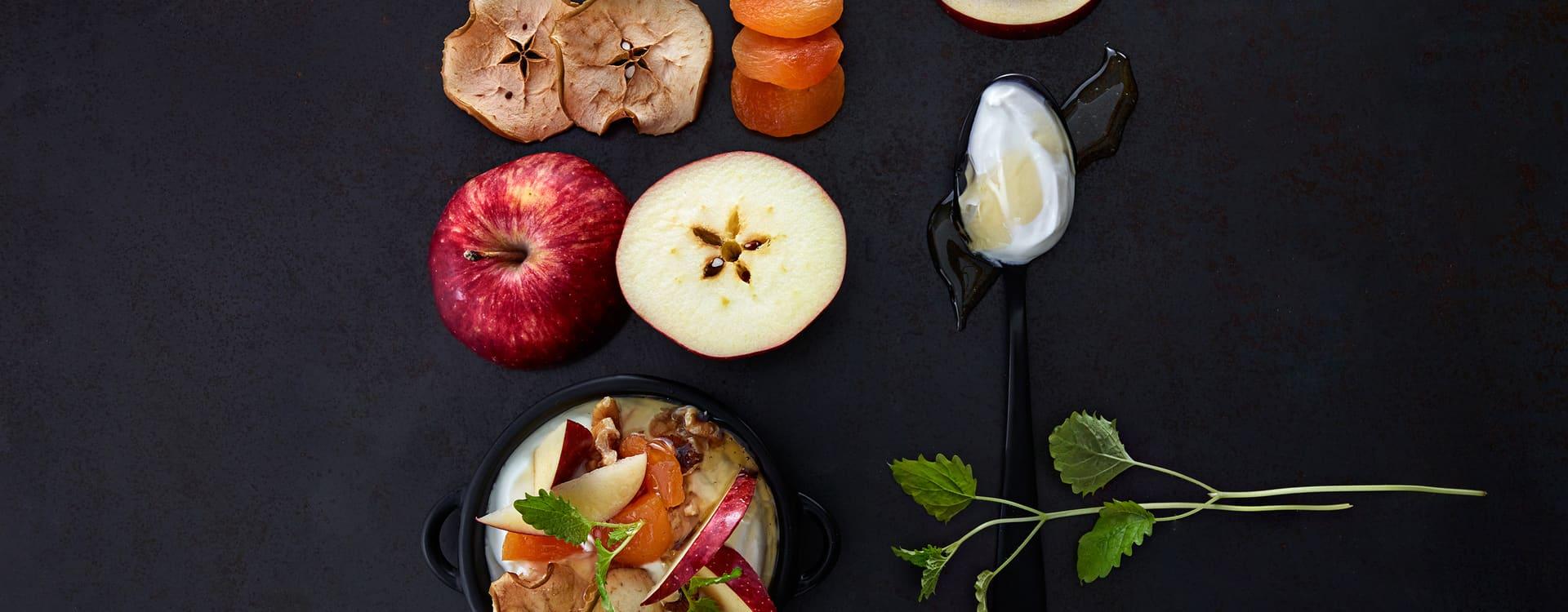 Yoghurt med hjemmetørket eple, honning og nøtter